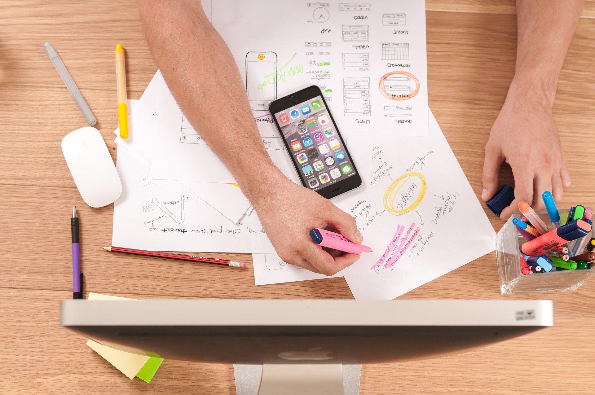 Webdesign Inkasso Haftung Zeichnung bunte Stifte Iphone